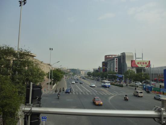Jingtailong International Hotel: Что справа, что слева  от входа в отель - вид на городские улицы