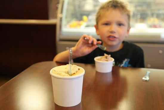 Confetti Cafe And Gelato: My 9-ounce cup against the kiddie cup