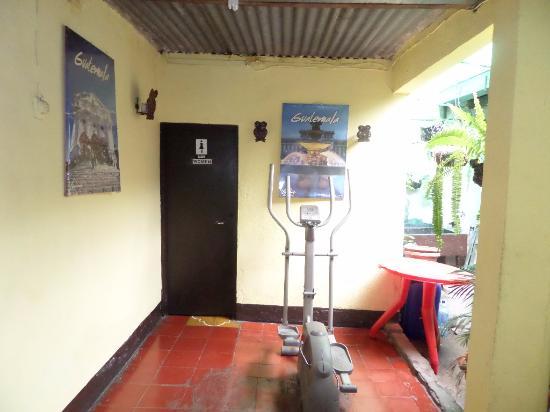 Hotel Mi Casa En La Antigua: Al fondo baño compartido de damas y área de ejercicios