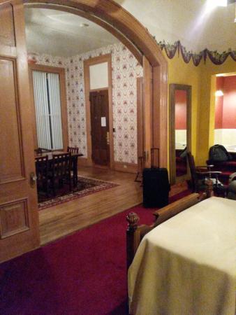 Maquoketa, IA: Room 200