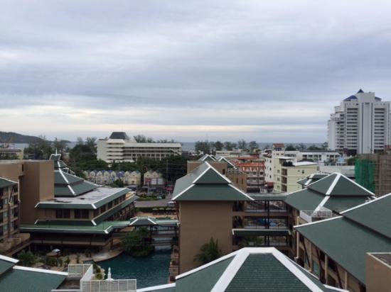 "Kris Hotel and Spa : вид на ""Новотель"" и вдали море"