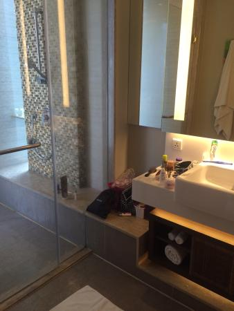 Foto\'s hotelkamer, badkamer (hele vieze voegen) en balkon - Picture ...