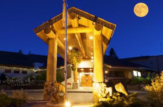 Quaaout Lodge & Spa at Talking Rock Golf Resort: Lodge Entrance Full Moon