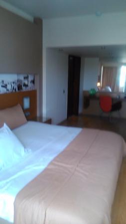 Capsis Astoria Heraklion Hotel: το τεράστιο υπνοδωμάτιο της δίχωρης σουίτας