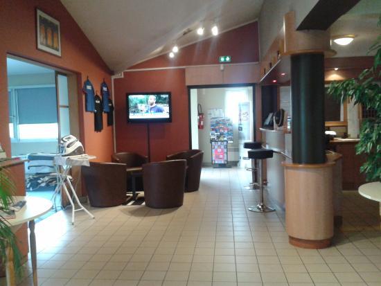 Kyriad Bourges Sud : hall hôtel