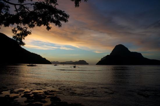 Kalinga Beach Resort: Шикарный закат, вид из отеля