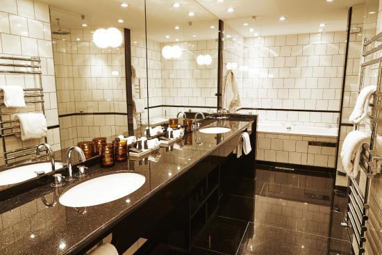 Hotel Opus Horsens: Junior suite badeværelse