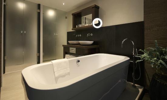 Badkamer South-suite - Picture of Van der Valk Hotel Sassenheim ...