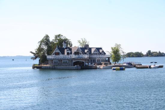Gananoque, Canada: 1つの小さな島に家が一軒。つまり別荘だんだよね!いっぱいありました