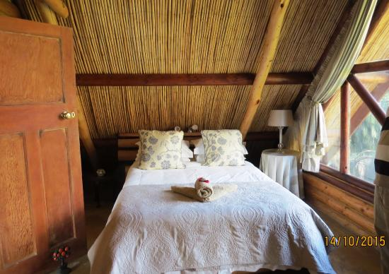 Arum Lily Cottage and Log Cabins: Upstairs bedroom