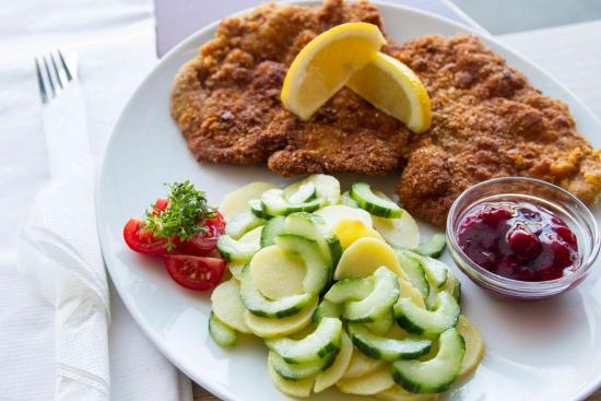 Berlinchen, Deutschland: Kalbschnitzel mit Kartoffel-Gurkensalat