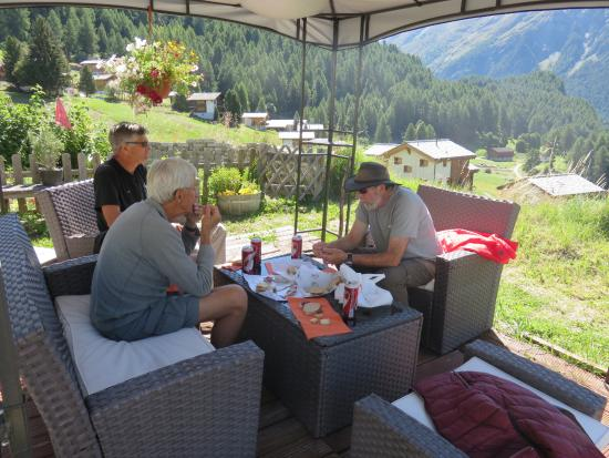 La Sage, Zwitserland: Outdoor lounge with valley view