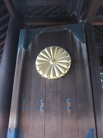Yasukuni Shrine: 菊の御紋