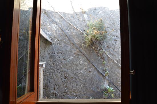 Hotel Giosue a Mare: vue de certaine chambre donnant directement sur la falaise
