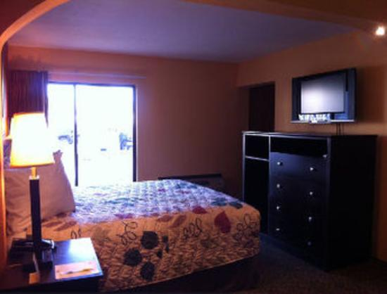 Days Inn & Suites Tampa Near Ybor City: 1 Queen Bed Room
