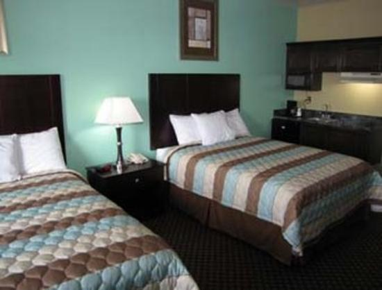 Days Inn Kemah: Two Queen Beds with Kitchenette