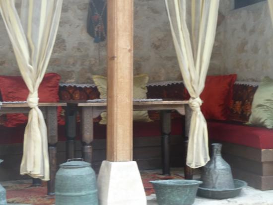 Bosnian National Monument Muslibegovic House Hotel: a coté de la salle du petit déjeuner