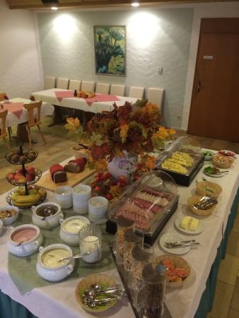 Zum Raben: Frühstücksbuffet - hier nur ein Teil davon zu sehen :-)
