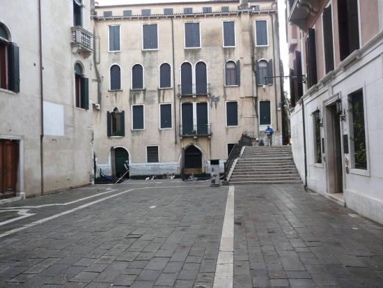 Residence Ca' Foscolo: Nice quiet square, apartment on the left, 2nd floor