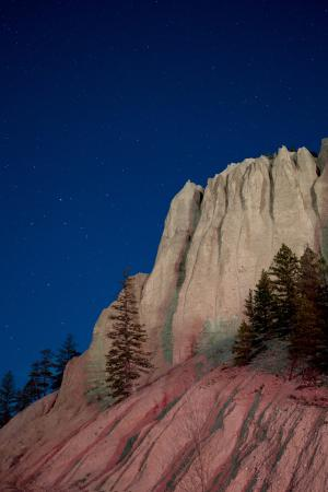 Fairmont Hot Springs, Canadá: Moonlit (with some fill light from the gas station) Hoodoos o.O