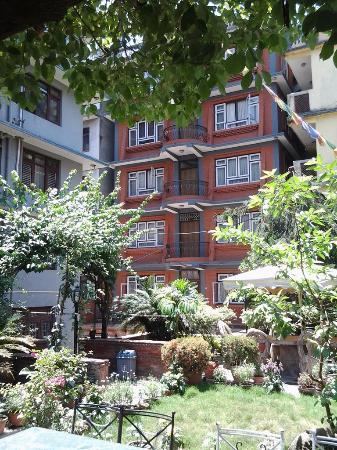 Hotel Ganesh Himal: Вид на отель из внутреннего дворика