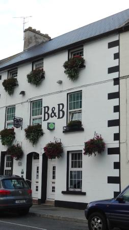 Abbey House Bed & Breakfast: Abbey House Bed and Breakfast, opposite Whites Hotel