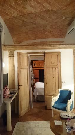 Pievescola, Itália: リビングから見えるダブルベッドルーム