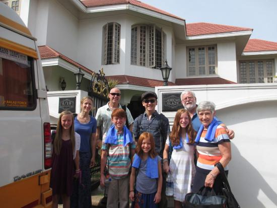 Pleasant Stay Guest House: Family in front of Pleasnt Stay