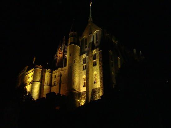 Cour int rieur de nuit picture of abbaye du mont saint for Interieur nuit