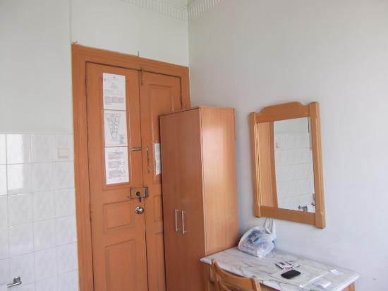 Residencial Roxi: Мебель в номере.