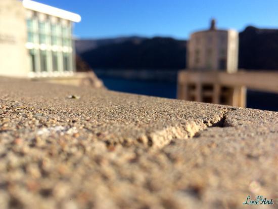 From a crack, Hoover Dam - obrázek zařízení Hoover Dam, Boulder City