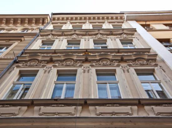 Emporio Prague Apartments: окошки