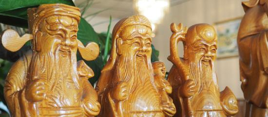 Kim's Restaurant: Kim's Vietnamese Restaurant Three Wise Men Wood Carving