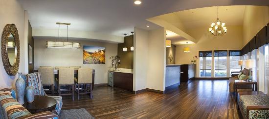 BEST WESTERN PLUS Inn at the Vines: Lobby Panorama