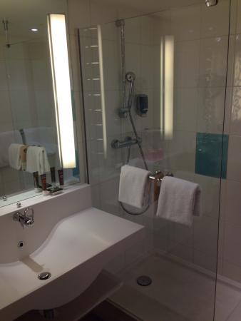 badezimmer mit großer dusche und praktischem waschbecken - bild, Hause ideen