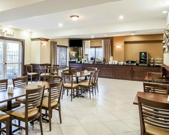 Quality Suites: breakfast area