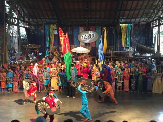 Pertunjukan Angklung Di Saung Angklung Mang Udjo Picture Of Saung