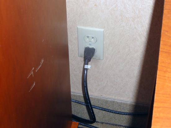 Hilton Knoxville Airport: Only one plug available....