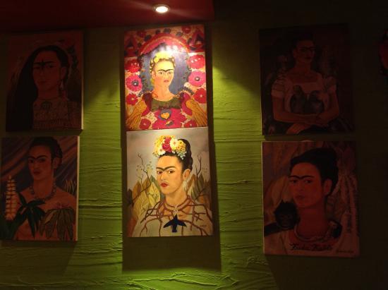 Manana: Pinturas retratando Frida decoram o restaurante