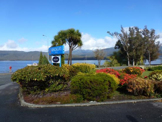 Kingsgate Hotel Te Anau Sign Lakefront Drive Side