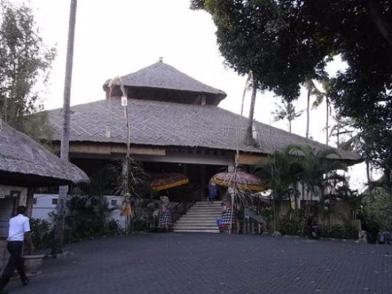 Sativa Sanur Cottages: ロビーとレストランのある建物