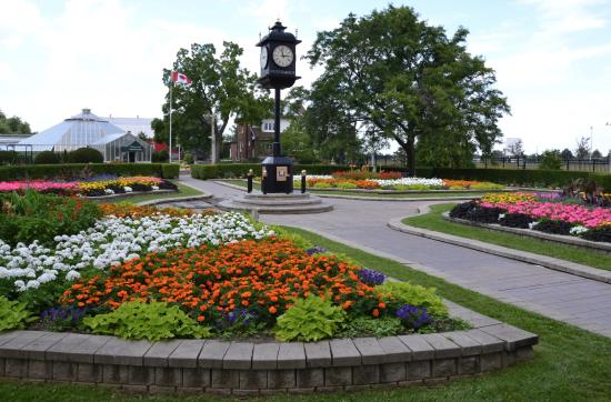 Brampton, Canada: Outdoor gardens and clock