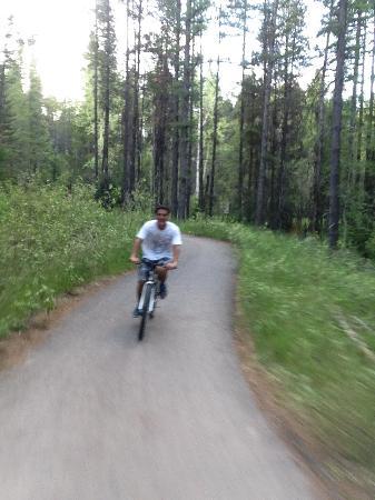 Apgar Village Lodge: ปั่นจักรยานทางbike path