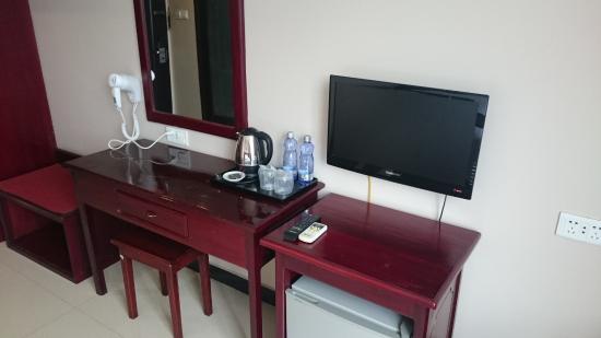 Golden Hill Hotel: テレビは中国製、無料のお茶ッ葉あり、水2本無料、コーラ100円