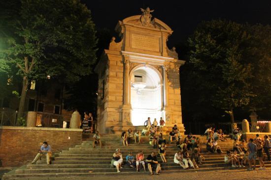 Fontana del Ponte Sisto: Fontana di Ponte Sisto (Фонтан Моста Сикста )