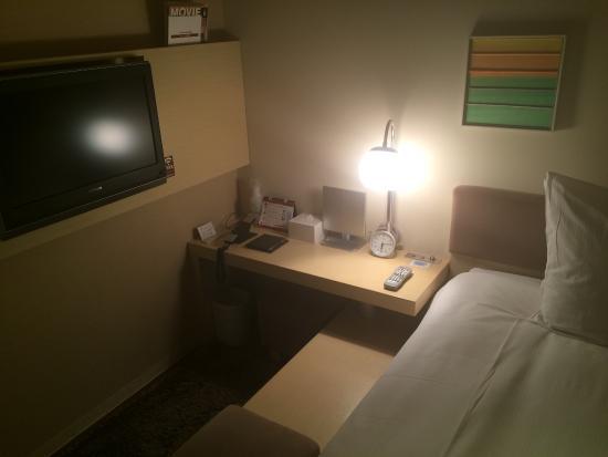 Hotel Resol Ikebukuro: デスクは高さが低いのでせいぜいメールチェック程度