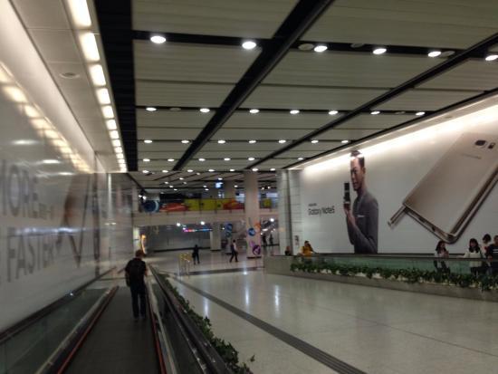 中環駅から香港駅まではここを通...