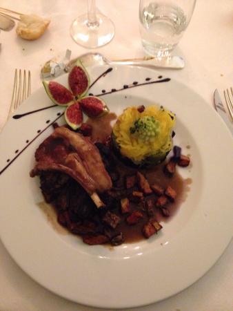 Roullet-Saint-Estephe, Frankrike: Émincé de truite avec sa purée de patate douce et navarin d'agneau aux légumes avec sa cote