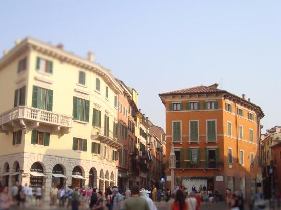 Negozzi Abbigliamento Via Mazzini Verona  Via Mazzini vista Piazza Bra .  scarpe · per una rasatura di classe 15c26588efd