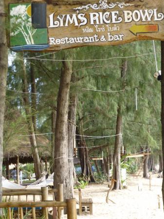 Lym's Bar & Restaurant : Schattiger Garten am Meer